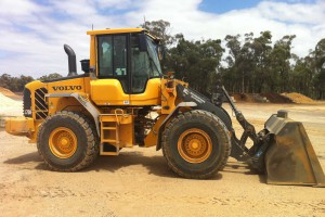 <b>Front End Loaders</b><br /> <b>Capacity:</b> 2.5m3 – 5m3 bucket<br /> <b>Features:</b> Wide floatation tyres